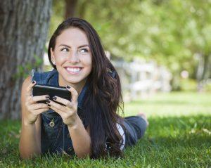 Namorada com um telefone celular